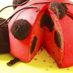 How to Get Spots Inside Ladybug Cakes--use chocolate donut holes Ladybug Party Foods, Ladybug Food, Ladybug Cakes, Ladybug Picnic, Bug Birthday Cakes, Birthday Treats, Cupcake In A Cup, Cupcake Cakes, Rose Cupcake