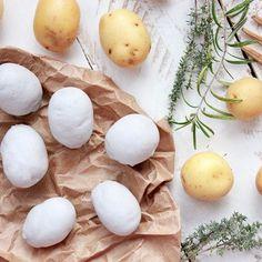 Patatas piedra y Emulsión de AOVE  [Receta en BIO] Las Patatas Piedra o Patatas Kaolin es uno de los platos clásicos del Restaurante @Mugaritz de Andoni L. Aduriz. Estas patatas están cocidas y luego cubiertas con Agalita (arcilla comestible) y Lactosa de los productos de #MugaritzExperiences comercializados por @GuzmanGastronomia como si de un trampantojo se tratase.  #gastronomia #cocina #guzmangastronomia #mugaritz #food #innovationfood