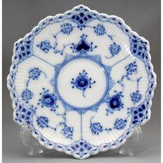 ロイヤルコペンハーゲン (Royal Copenhagen)ブルーフル―テッド フルレース ティーカップ&ソーサー 1775年デンマーク国王クリスチャン7世の時代、王室御用達の 窯となり1779年には王室所有となり、王立磁器窯として名声を確立しました。エンボス加工された、上品なレースが美しく綺麗なブルーフル―テ ッドの最高品フルレース。デンマーク製です。