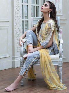 Fashion hijab casual grey Ideas for 2019 Pakistani Formal Dresses, Pakistani Fashion Casual, Pakistani Dress Design, Pakistani Outfits, Indian Dresses, Indian Outfits, Indian Fashion, Bollywood Fashion, Sleeves Designs For Dresses