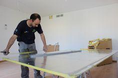 Fabricando los conductos para la instalación de un sistema de aire acondicionado en una vivienda.