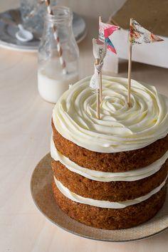 Sí, ya se que hace muy poco os enseñé una receta con zanahoria, muy similar a esta, pero os aseguro que esta tarta no os va a dejar...