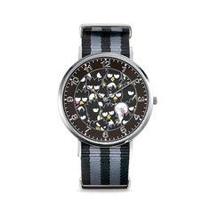 バッドばつ丸をデザインした腕時計。50本限定、シリアルナンバーが入った特別モデルです。 フェイス一面に描かれたばつ丸と、グッドはな丸がにぎやかなデザイン。 イメージカラーである黒とグレーのベルトがファッションを引き立てます。 ナイロンベルトは、水や汗に濡れても安心ですので様々なシーンで身に着けられます。 ■本体の仕様 ◇ケースサイズ:40mm ◇ケースの厚さ:6.5mm ◇ムーブメント:スイス製クォーツムーブメント ◇ストラップの幅:20mm ◇ストラップの素材:ファブリック(ナイロン) ◇ストラップのカラー:ブラック・グレー ◇手首周り:約14.5cm~21cm ◇全長:ケース・ストラップ含め27cm ◇防水:防水-5気圧(日常生活強化防水) ◇生産:日本