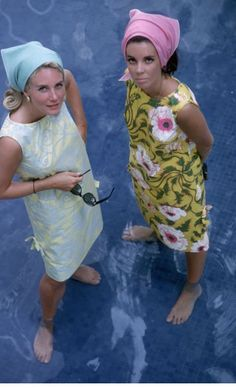 Wendy Vanderbilt (r) and unidentified woman wearing Lilly Pulitzer dresses in Palm Beach. Photo by Slim Aarons, January 1964 Slim Aarons, Lilly Pulitzer, Hippie Woodstock, Palm Beach, Summer Beach, Summer Fall, Spring Time, 1960s Fashion, Vintage Fashion