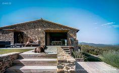 Villa CP, nas montanhas Gavarres, em Girona/ Zest Architecture
