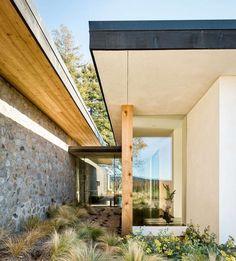 maison de vacances dont la façade est fabriquée en pierre naturelle et bois