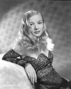 Veronica Lake by Eugene Robert Richee, publicity portrait for the Paramount Pictures/Mitchell Leisen drama I Wanted Wings, Miss Lake's gowns in the film were designed by Edith Head. Classic Actresses, Beautiful Actresses, Actors & Actresses, Veronica Lake, Hollywood Glamour, Classic Hollywood, Vintage Hollywood, Hollywood Stars, Verona