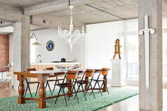 Este precioso loft en Antwerp, Bélgica, ha sido diseñado por el estudio belgaStudio Job. Vigas y columnas de concreto expuesto, paredes blancas y un suelo i