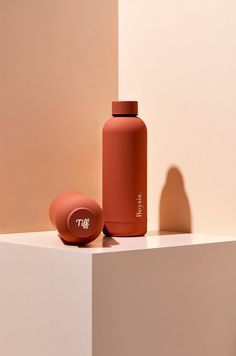 Featuring a luxe, matte finish and a sturdy, double-walled stainless steel design, this vacuum-insulated bottle keeps liquids cold for 24 hours and hot for Leak-proof and BPA free, Beysis bottles blend fashion with function to help you hit your hydrati Custom Water Bottles, Personalized Water Bottles, Personalized Gifts, Botella Swell, Plastic Drink Bottles, Reusable Water Bottles, Insulated Water Bottle, Cosmetic Design, Water Bottle Design