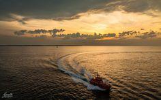https://flic.kr/p/yGWewG   Lotse / Pilot   Das erste richtige Foto meines Urlaubs. Auslaufen aus dem Kieler Hafen. https://www.facebook.com/mbergnerfoto