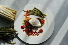 Bruschetta s chřestem a zastřeným vejcem