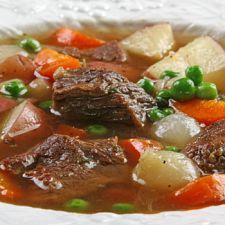 This beef and veggie stew will have you seeing red. Made with Burgundy wine, it's bursting with great-tasting flavor. So if you have a craving for a palate-pleasing pottage, stew on this delicious recipe. Soup really is good food. Chorizo, Moose Recipes, Hunters Stew, Vegetable Stew, Veggie Soup, Recipe Of The Day, Soups And Stews, Good Food, Healthy Eating