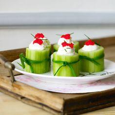 Découvrez la recette Concombre farci au fromage frais et aux oeufs de lump sur cuisineactuelle.fr.