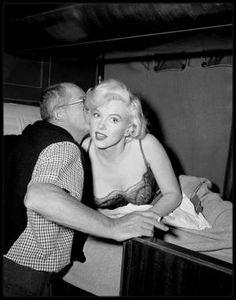 1954-58 / BILLY WILDER / Il dirigea Marilyn dans ses plus grands succès comiques « The seven year itch » (1955) et « Some like it hot » (1959) (dates de sortie des films). Pour « Some like it hot », l'intransigeance proverbiale de Marilyn sur le plateau atteint des sommets : elle manquait à l'appel des matinées entières, était trop assommée par les médicaments pour se rappeler son texte, avait parfois besoin de cinquante prises pour des séquence simples et ignorait WILDER, se laissant…