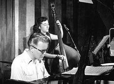 Al Haig fue un pianista estadounidense de jazz que nació el 19 de julio de 1924. Fue uno de los mejores músicos de la era bop, discípulo de las innovaciones que Bud Powell impusiera al uso de piano en el jazz algunos años atrás. Intérprete muy reconocido y respetado por el público, la crítica y sus propios compañeros de profesión a pesar de pasar largas temporadas lejos del mundo del jazz, tocó junto a los mejores de su momento...