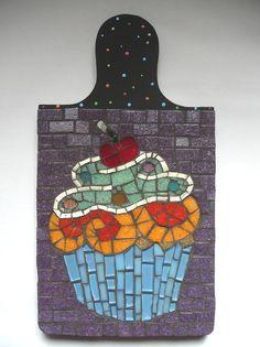 Deixe sua mesa mais alegre e divertida com este colorido descanso de panelas! Depois da refeição ele sai da mesa e vai direto para a prateleira, compondo uma decoração jovial e descontraída    Base em madeira pintada e revestimento de mosaico. R$ 78,65