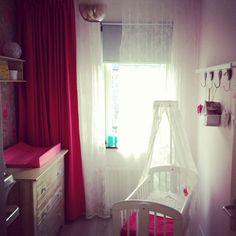Babykamer meisjes romantische stijl met pip behang en Nour Life style lamp.