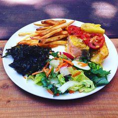 #scottishsalmon #bakedscottishsalmon #organicfries #homemadefries #organicsalad #homemadesalad #organickalechips #homemadekalechips #fridaylunch #glutenfree #pescatarian