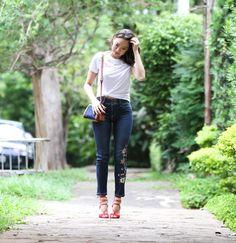 Look basiquinho da Vivi Kim mas com peças super especiais, jeans com bordado floral + t-shirt branca com detalhe na gola, usada com nozinho ficou super estilosa.