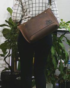 ショルダーバッグ: PAILOT RIVER  PR-OVNM-SBW OCB(オイルレザーダークブラウン) . . 一枚革をショルダーバッグに仕立てました 本ファイルノートなどの収納もな使いやすいバッグです . .
