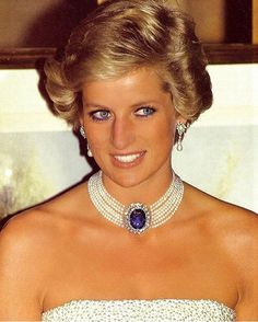 A large diamond and sapphire brooch was presented to Diana as a wedding gift from Queen Elizabeth, the Queen Mother. But Diana didn't wear brooches to often. Therefore, she had the broach made into this spectacular pearl choker. Lady Diana Spencer, Diana Ross, Princesa Diana, Princess Diana Jewelry, Elisabeth Ii, Diane, Pearl Choker, Pearl Necklace, Sapphire Necklace