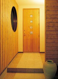 御影石の床と木製の壁。和モダンデザインの玄関アプローチ。|デザイン|ナチュラル|タイル|