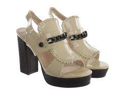 Zapato de plataforma fabricado en piel y charol con original diseño.