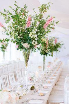 Fiori di campo e rami per una composizione di sicuro effetto: cerca qui il tuo fiorista >> http://www.lemienozze.it/operatori-matrimonio/fiori_e_addobbi/