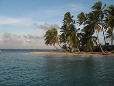 San Blas Inseln, Panama: Die insgesamt 365 Inseln des San Blas Archipels gehören zur Comarca Guna Yala und sie erstrecken sich 230 km entlang der panamerikanischen Karibikküste bis zur Grenze nach Kolumbien. Die Hauptinsel heisst El Porvenir. Als Reiseziel sind die Inseln sehr beliebt, denn man kann hier inmitten einer paradiesischen Landschaft bade, schnorcheln oder einfach nur die Natur genießen. Die San Blas Inseln sind zweifellos der Höhepunkt einer Panama Reise.