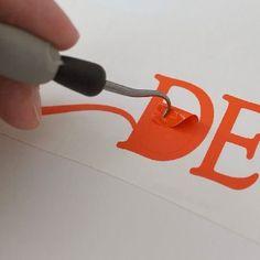 Efetuamos o serviço de depilar o vinil adesivo, que consiste em, logo após passar pela plotter de recorte eletrônico e ser recortado, remover as partes de vinil adesivo que terão que ser dispensadas no projeto final, reduzindo sua mão de obra.