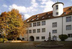 Schloss Waldenbuch – eine Kurzgeschichte  Waldenbuch war seit dem 15. Jahrhundert Sitz des Waldvogts über den Schönbuch, dem großen Waldgebiet zwischen Tübingen und Stuttgart. Dienstsitz war zunächst eine Burg aus der Zeit der Staufer. Unter Herzog Christoph von Württemberg (1550-1568) begann eine rund 150 Jahre währende Zeit der Um- und Neubauten. 1719 war das Schloss so fertig gestellt, wie es sich heute zumindest äußerlich darstellt.