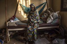 Hourriatou ha perso suo nipote Djaratou di 18 mesi. Il padre del bambino e suo fratello gemello sono stati uccisi nella Repubblica Centrafricana. Sua madre è stata ferita ma si salverà  (foto: © Frédéric Noy / Cosmos per HCR)