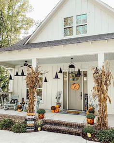 Add frightful fun to your front porch on All Hallow's Eve with our easy-to-craft outdoor decorating ideas. Creepy Halloween Decorations, Halloween Party Decor, Halloween Crafts, Halloween Stuff, Holiday Decorations, Halloween Pictures, Halloween House, Halloween Front Porches, Fall Halloween