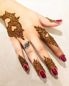After the holy month of fasting comes Eid, the fest of joy, feasts, glam & mehndi adorned hands! Check out beautiful eid mehndi designs 2019 for some inspo! Back Hand Mehndi Designs, Finger Henna Designs, Mehndi Designs For Girls, Mehndi Designs For Beginners, Dulhan Mehndi Designs, Mehndi Designs For Fingers, Modern Mehndi Designs, Mehndi Design Photos, Mehndi Art Designs