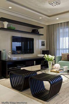 Panel de tv laqueado color similar a pared y madera oscura