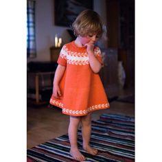 | s o m m e r | Min fine mamma har strikket denne nydelige versjonen av #snøløvkjole til nydeligste lille kusine hun har valgt å bruke #lillelerke og improvisere korte ermer for å gjøre den litt mer sommerlig ☀️ #snøløvkjole @bekojansson // littelest cousin in her summery #winterbudsdress , made by my dear mother #iloveknitting #knittersofinstagram