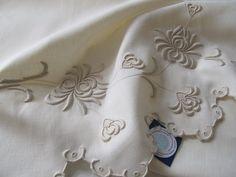 Toalha de mãos em linho bordada com bastidos Photo: Bordal