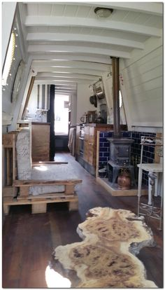 Houseboat Interiors Ideas - The Urban Interior Canal Boat Interior, Narrowboat Interiors, Dutch Barge, Houseboat Living, Pontoon Houseboat, Houseboat Ideas, Living On A Boat, Tiny Living, Cosy Home
