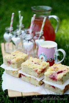 Pullahiiren leivontanurkka: Raparperi-mansikkapiirakka Sweet Pie, Feta, Dairy, Cheese, Breakfast, Desserts, Pastries, Kitchen, Summer