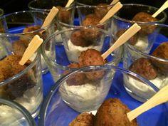 Griekse borrelballetjes met zelfgemaakte tzatziki in een mini-glas