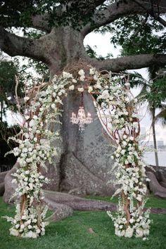 Decoraci�nun arco floraled perfecto para casarse bajo Fotografía por katielopezphotography.com, por celebrationsbydesignevents.com Planificación, diseño floral por xquisiteeventsfl.com