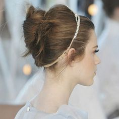Coque banana com volume no cucuruto e tiara enfeitando - cabelo do desfile Louis Vuitton S/S 2012, uma das minhas belezas favoritas de todos os tempos