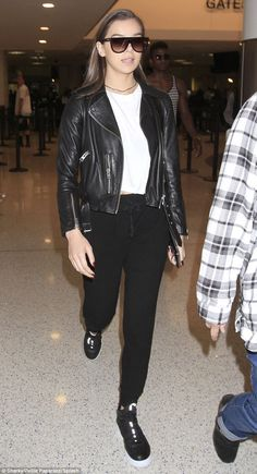 b577acb60ff Flying solo: Hailee Steinfeld arrives at LAX without rumored boyfriend  Justin Bieber on Fr.