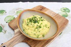 Tarvitset:  – 1/2 kukkakaali – 2 valkosipulin kynttä – 2 salottisipulia – 2dl ranskankermaa (28%) – 1 rkl voita – 1rkl öljyä – suolaa ja pippuria  Valmistus:  1. Pilko kukkakaali pieniksi paloiksi, hienonna valkosipuli ja salottisipuli. Kuullota sipulit keskilämmöllä öljyssä ilman että saavat väriä, lisää kukkakaali ja paista hetki.  2. Lisää … Tzatziki, Mashed Potatoes, Food And Drink, Low Carb, Lunch, Dinner, Cooking, Ethnic Recipes, Drinks