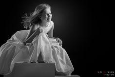 Sesiones divertidas en estudio fotográfico. No vendemos fotos si no recuerdos inolvidables. Children Photography, Fine Art Photography, Daddy Daughter Dance, Foto Pose, Poses, Photographing Kids, Photography Backdrops, Communion, White Dress