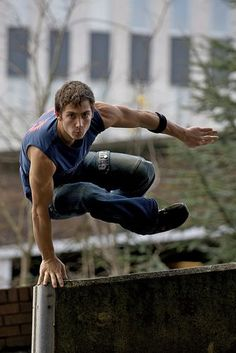 Parkour Professionals for movies www. - Parkour Professionals for movies www. Action Pose Reference, Human Poses Reference, Pose Reference Photo, Figure Drawing Reference, Anatomy Reference, Poses Dynamiques, Body Poses, Male Poses, Poses Silhouette