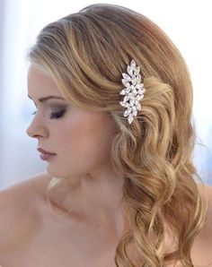 Darcey Rhinestone Comb is a simple sophistication. This petite bridal comb is silver plated and highlighted with marquis shaped rhinestones for glittering and eye-catching sparkle.