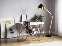 Altbewährtes Design mit einem modernen Touch trifft auf praktische Funktionalität! Lampenschirm und Lampenarm aus hellem, robustem Eichenholz sind verstellbar und können ganz nach Ihren Wünschen angepasst werden. Der eiförmige Lampenschirm aus glänzendem, schwarzem Metall verfügt über eine goldfarbene Innenseite, die für einen warmen, gemütlichen Lichtschein sorgt. Tall Floor Lamps, Swing Arm Floor Lamp, Black Floor Lamp, Modern Floor Lamps, Bedside Reading Light, Work Lamp, Estilo Boho, Diffused Light, Home Office Furniture