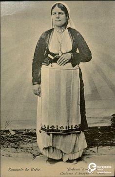 """φωτογραφία γυναίκας με φορεσιά από τα Ανώγεια Κρήτης. Επιγραφές: """"Souvenir de Crete"""", """"Ενδυμα Ανωγείων, Costume d' Anogia - Crete"""".   Άνθρωποι Δημιουργός: Douras N.       Συλλέκτης: Peloponnesian Folklore Foundation   Ίδρυμα: Europeana Fashion www.europeanafashion.eu."""