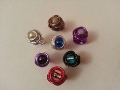 Esta es una selección de anillos hechos con alambre y cuentas de cristal checo y perlas